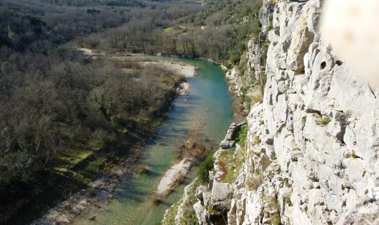 Gîtes de France - la rivière La Beaume qui coule en bas dans le village
