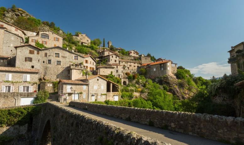 ©S.BUGNON - Jaujac - Le village vu du Chastelas