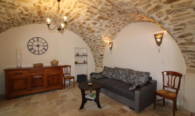 Gîtes de France - séjour avec le canapé qui sert de couchage principal