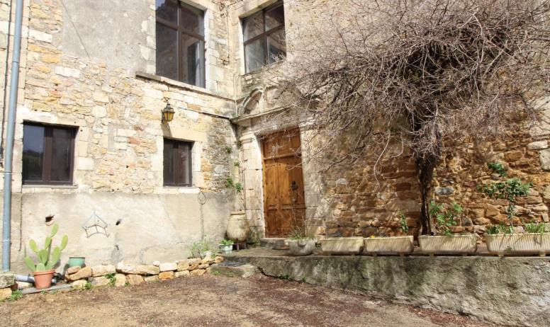 Gîtes de France - La porte d'entrée. Le gîte est sur la gauche au rez de chaussée.