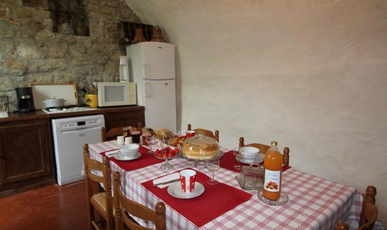 Gîtes de France - petit déjeuner servi dans la cuisine d'été quand la météo n'est pas au rdv cette pièce est à disposition de nos hôtes
