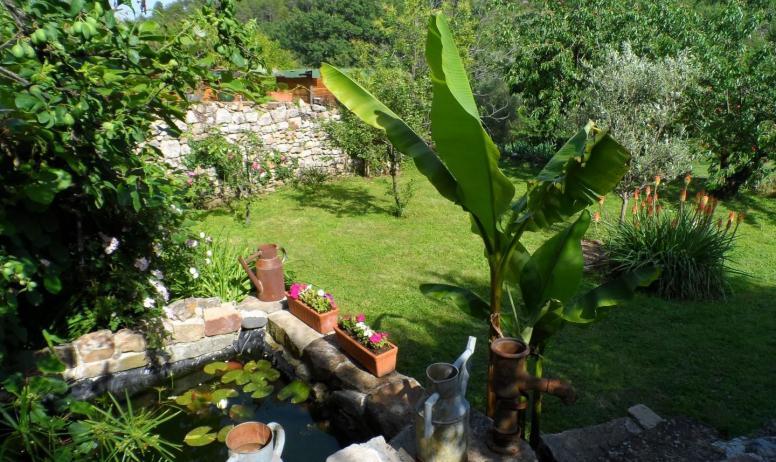 Gîtes de France - jardin pour prendre le soleil, vue sur la colline pour des envies de ballades