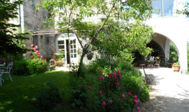 Gîtes de France - jardin , petit déjeuner en terrasse couverte, sur la pelouse ou dans la pièce commune.