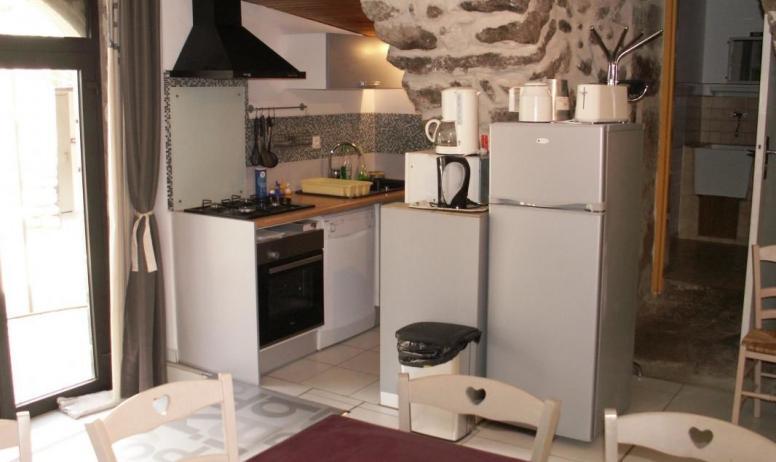 Gîtes de France - coin-cuisine dans la salle à manger: plaques 4 feux gaz lave vaisselle,four,frigo congel etc.