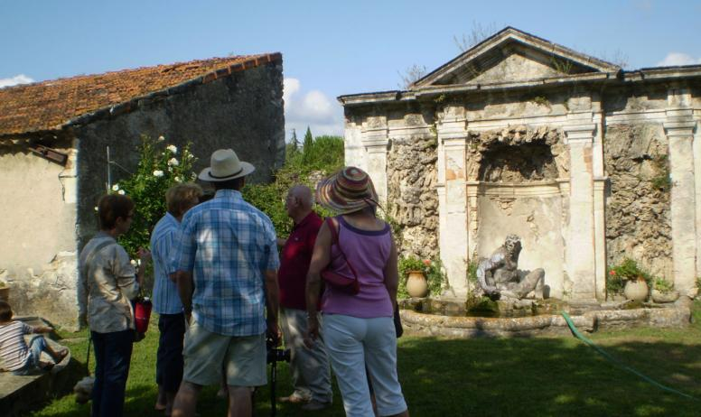 OTI DRAGA - visiteurs devant la fontaine à Neptune