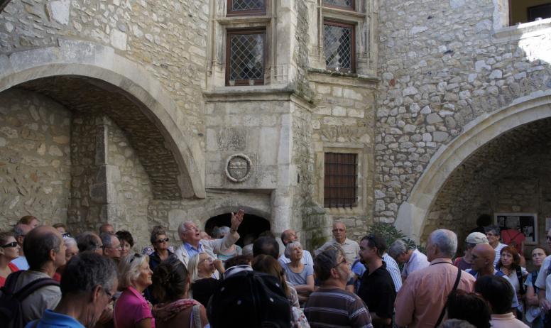 OTI DRAGA - groupe dans la cour d'une maison de chanoine