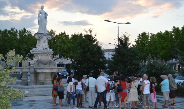 OTI DRAGA - Place du Champ de Mars, statue de Dona Vierna