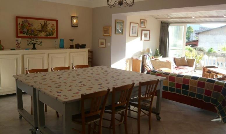 Gîtes de France - 1er étage: Séjour/coin repas. 2 tables mobiles sur roulettes