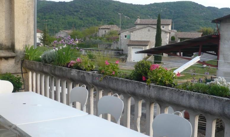 Gîtes de France - 1er étage: terrasse plein sud. 2 tables + chaises pour 10 personnes, parasols, plancha, étendage exterieur