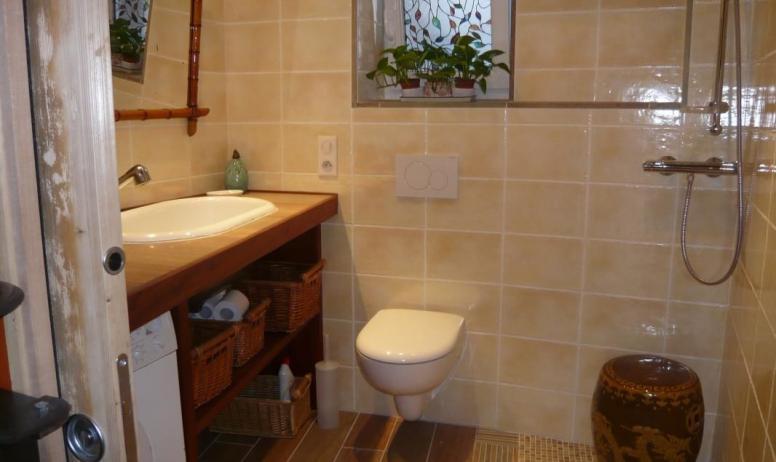Gîtes de France - 1er étage: Salle d'eau/WC. Douche à l'italienne, WC, coin nurserie avec table à langer et baignoire bébé, machine à laver