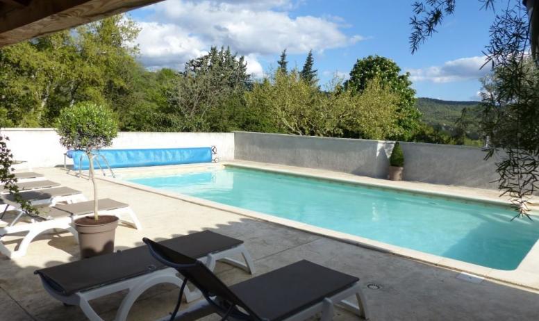 Gîtes de France - Bains de soleil autour de la piscine