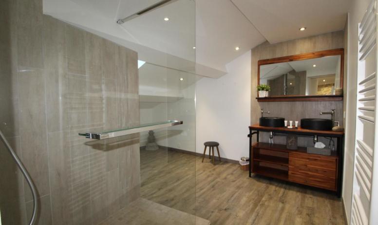 Gîtes de France - Suite Maë , salle d'eau spacieuse avec douche italienne