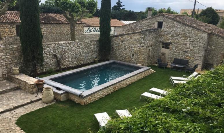 Gîtes de France - Jardin clos avec piscine chauffée et transats pour un bon bain de soleil avant de se rafraîchir dans l'eau bleu de la piscine