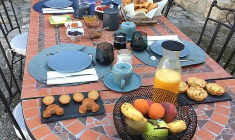 Gîtes de France - Petit déjeuner servi sur la terrasse à côté de la piscine