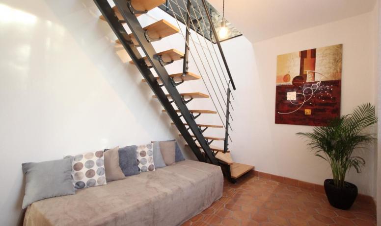 Gîtes de France - Suite Maë , bureau d'entrée avec accès à la suite par escalier