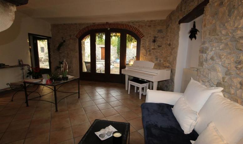 Gîtes de France - Salon d'accueil et de détente avec cheminée et piano à queue
