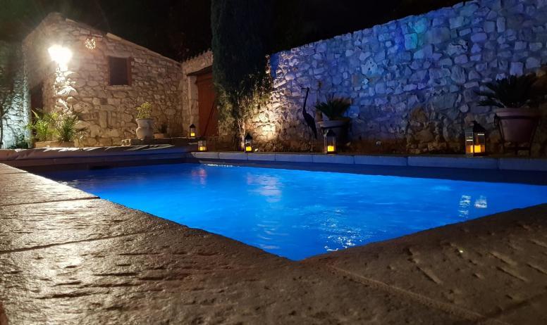 Gîtes de France - soirée au bord de la piscine
