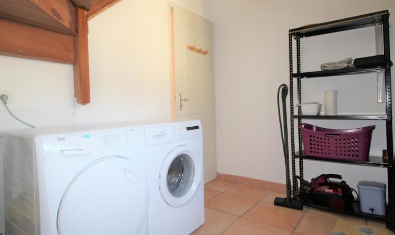 Gîtes de France - cellier situé au rdc, lave-linge et sèche linge, ustensiles de ménage, chaufferie