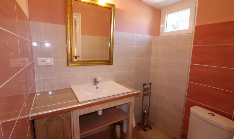 Gîtes de France - coin toilette privé à la chambre parentale