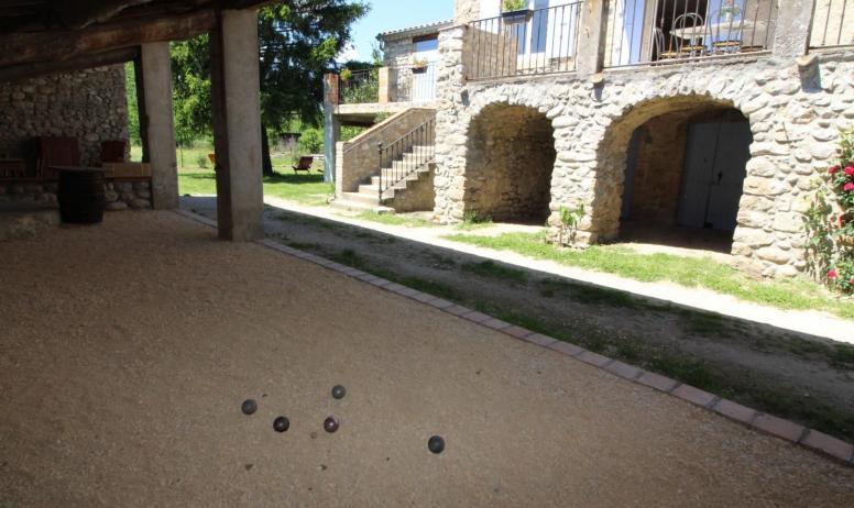 Gîtes de France - coin jeu de boules sous l'abri couvert