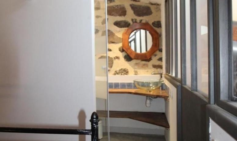 Gîtes de France - l'accès à la salle d'eau de la chambre