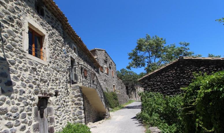 Gîtes de France - la maison depuis la petite rue du hameau