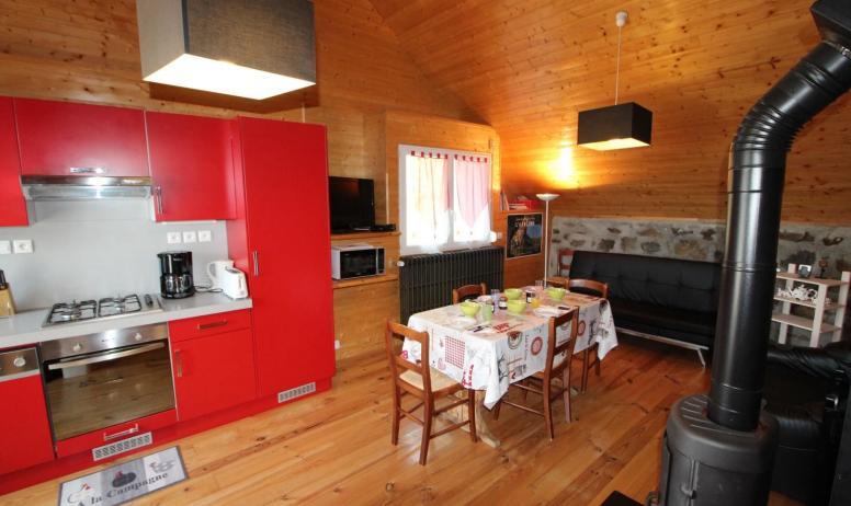 Gîtes de France - Pièce de vie cuisine équipée, séjour télévision et poêle à bois