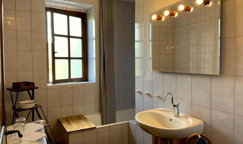 Gîtes de France - Salle de bain, baignoire, lavabo, fenêtre vue bois