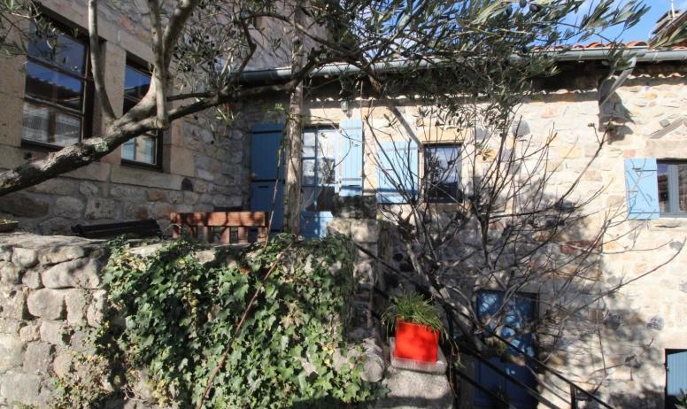 Gîtes de France - la terrasse à l'est sous le soleil d'hiver