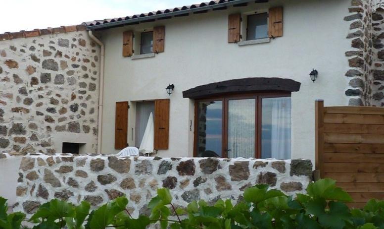 Gîtes de France - entree et terrasse nord du gite