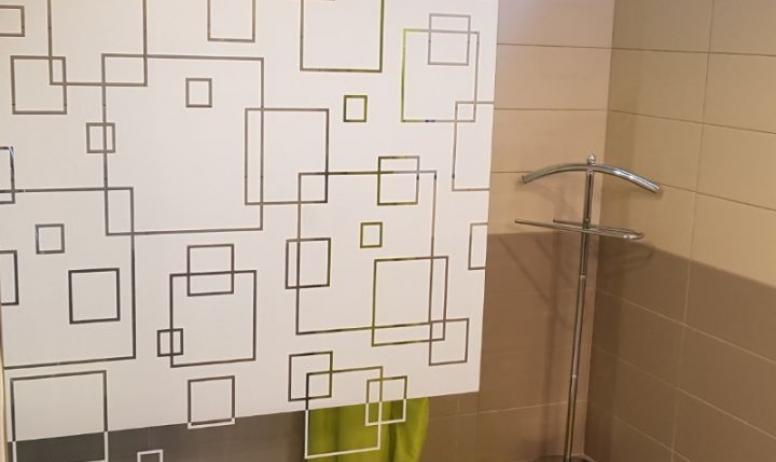 Clévacances - Agréable et belle salle de bains. Receveur de douche 80 x 120 cm
