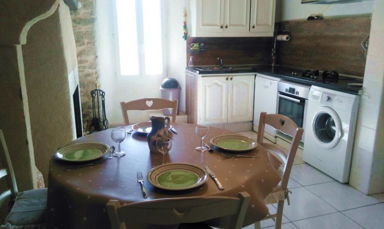 """Clévacances - la cuisine du gîte """"le refuge des fées""""- cœur des Monts d'Ardèche, proche rivière"""