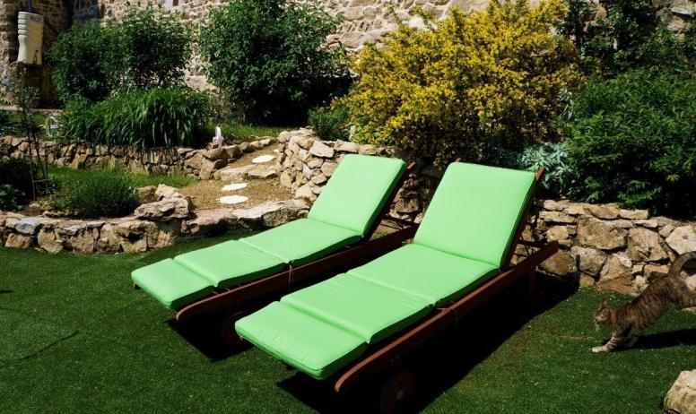 Clévacances - le jardin et ses confortables bain de soleil- LE REFUGE DES FEES- COEUR ARDECHE