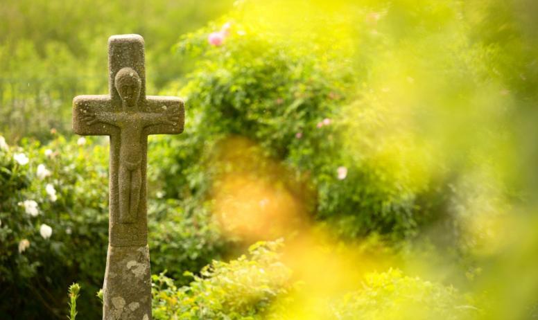 ©S.BUGNON - Montpezat-sous-Bauzon - Croix à la Roseraie de Clastres ©S.BUGNON