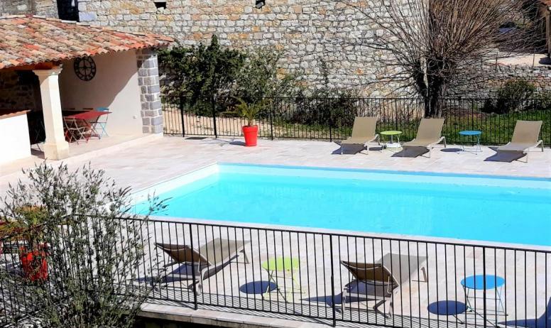 Gîtes de France - espace piscine sur terrain arboré