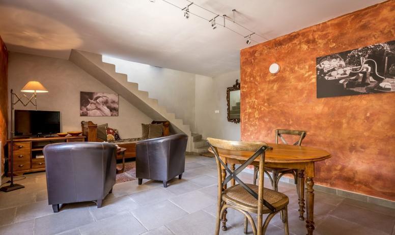 Gîtes de France - la pièce à vivre..et l'escalier accédant à la chambre sous les toits..