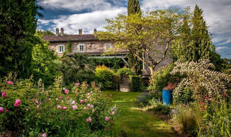 Gîtes de France - La façade du Mas ...les jardins ... au bout...