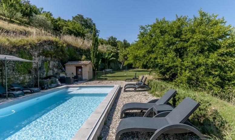 Gîtes de France - La piscine avec un traitement au sel et plage immergée pour les jeunes enfants..
