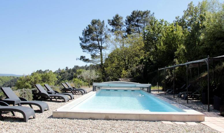 Gîtes de France - La piscine et son abri coulissant qui chauffe l'eau..