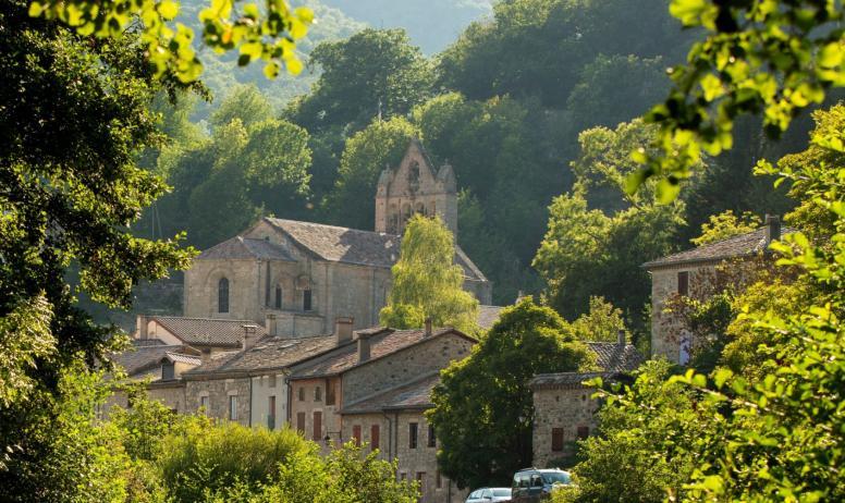 ©S.BUGNON - Burzet - Baignade au Verdier-zoom église ©S.BUGNON