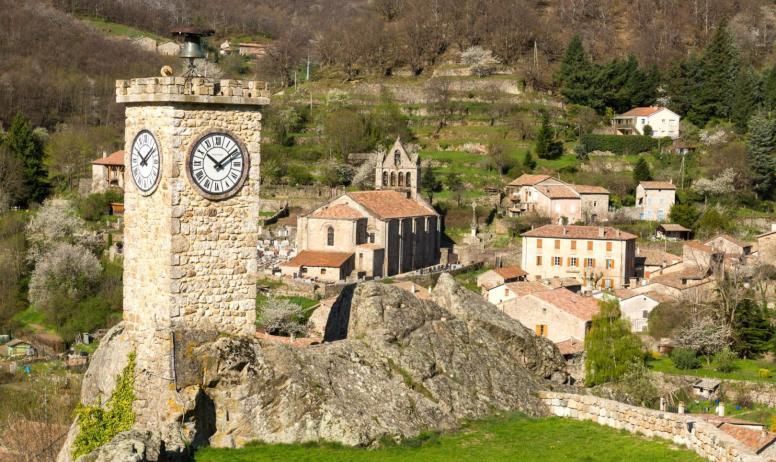 ©S.BUGNON - Burzet - La Tour de l'Horloge avec vue sur l'église ©S.BUGNON