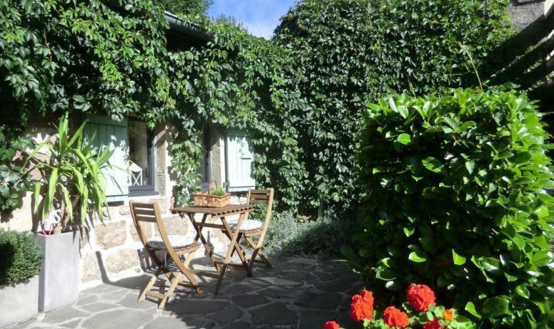 Gîtes de France - La petite terrasse à l'entrée du gîte